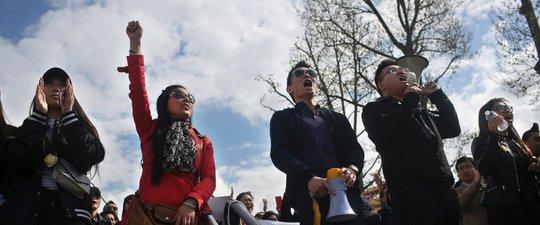 Hàng ngàn người biểu tình tập trung ở thủ đô Paris - Pháp hôm 2-4. Ảnh: AP