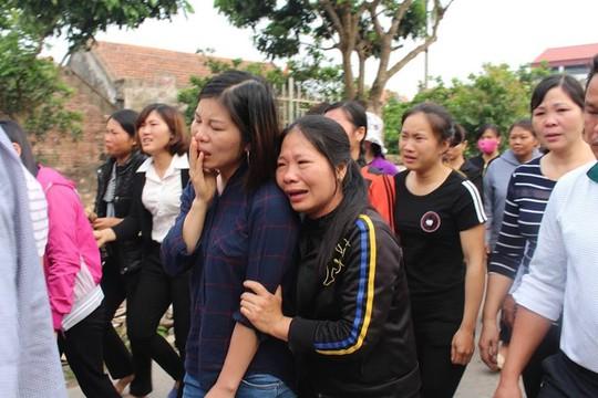 Quá đau xót, nhiều người dân không kìm được nước mắt