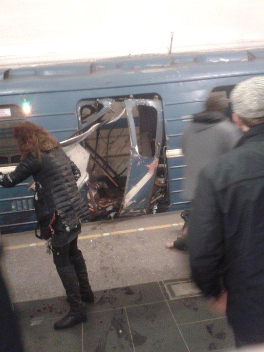 Một phụ nữ trên người dính máu tại hiện trường vụ nổ. Ảnh: TWITTER