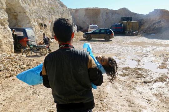 Một đứa trẻ hít phải khí độc dẫn đến bất tỉnh. Ảnh: REUTERS