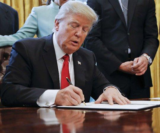 Chính quyền ông Trump muốn tăng cường kiểm tra người muốn nhập cảnh Mỹ. Ảnh: AP