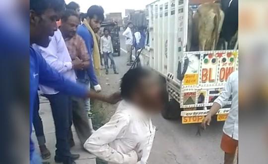 Ông Khan (áo trắng) bị lôi khỏi xe và bị đánh trọng thương dẫn đến tử vong. Ảnh: NDTV