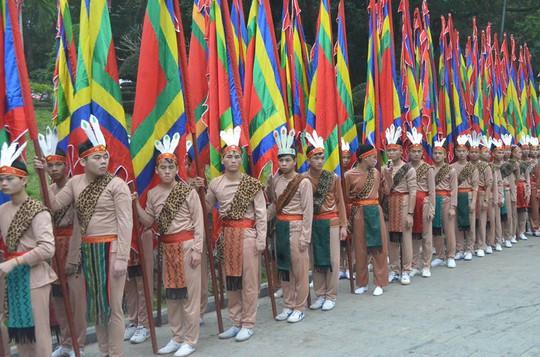 Đoàn con Lạc cháu Hồng gồm 100 người, tượng trưng cho 100 người con của Đức Quốc Tổ Lạc Long Quân và Tổ Mẫu Âu Cơ cầm theo cờ lễ
