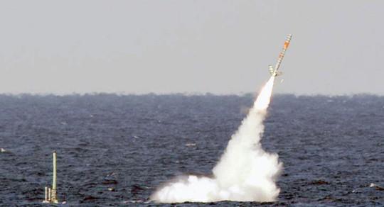 Tên lửa Tomahawk phóng từ khu trục hạm Mỹ. Ảnh: AP