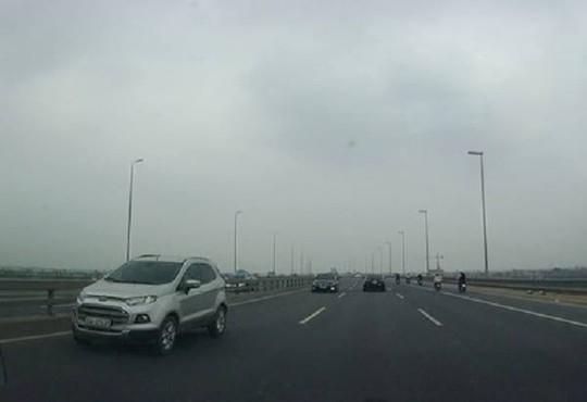 Năm chiếc xe đi ngược chiều trên cầu Nhật Tân - Ảnh cắt từ clip