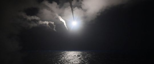Tên lửa hành trình phóng từ khu trục hạm USS Porter sáng 7-4. Ảnh: U.S. NAVY