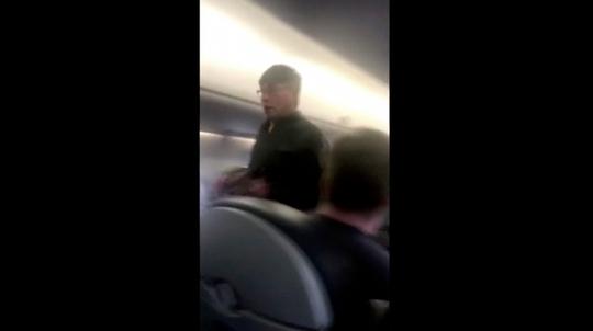 Ông David Dao trên chuyến bay của hãng United Airlines hôm 9-4. Ảnh: AP