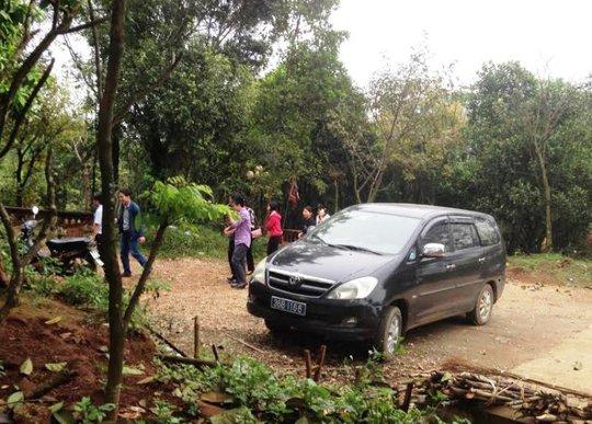 Nhiều cán bộ Phòng Tài chính huyện Thạch Thành bước xuống chiếc xe biển xanh đi lễ trong đền Am Tiên (Thanh Hóa)
