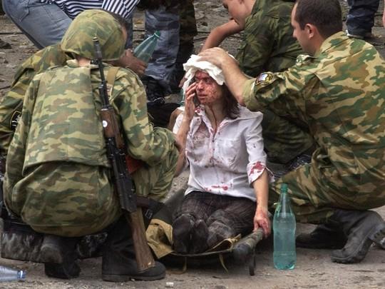 Con tin được giải cứu hôm 1-9-2004 tại Beslan. Ảnh: EPA