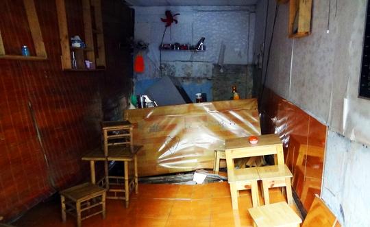 Nền quán cà phê bị sụt lún kéo theo nhiều đồ đạc đổ sập
