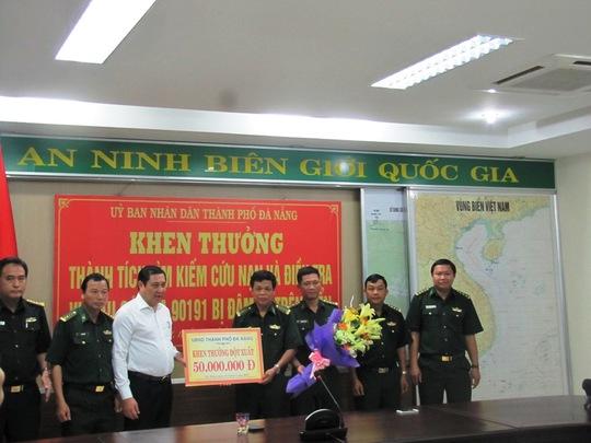 Chủ tịch Huỳnh Đức Thơ (áo trắng) khen thưởng cho Bộ đội Biên phòng Đà Nẵng