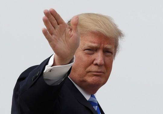 Tổng thống Mỹ Donald Trump đáp máy bay tới khu nghỉ dưỡng Mar-a-Lago hôm 13-4. Ảnh: AP