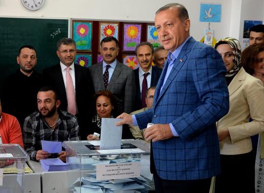 Tổng thống Erdogan bỏ phiếu hôm 16-4. Ảnh: HURRIYET DAILY NEWS