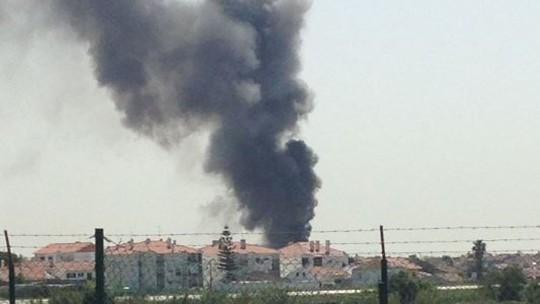 Khói bốc lên từ hiện trường vụ tai nạn máy bay hôm 17-4. Ảnh: TWITTER