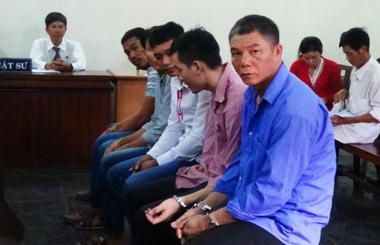 Bị cáo Huỳnh Văn Lượng (áo xanh, ngoài cùng) và các bị cáo khác tại phiên tòa.