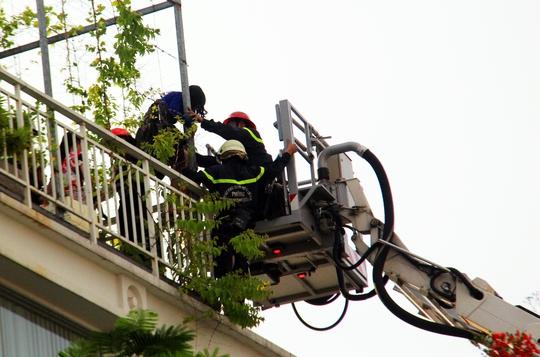 Lực lượng chức năng giải cứu hơn chục người mắc kẹt trên sân thượng.