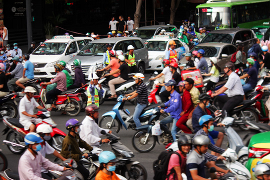 Khoảng 16 giờ chiều cùng ngày, lượng phương tiện đổ về nút giao thông Lê Lai - Nguyễn Thị Nghĩa ngày càng nhiều.Mặc dù lực lượng chức năng căng mình điều tiết nhưng tình trạng giao thông vẫn thất thủ.