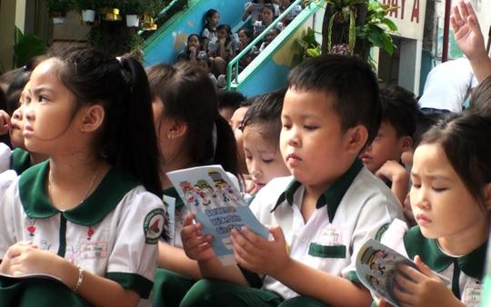 Các em học sinh hào hứng tham gia chương trình.