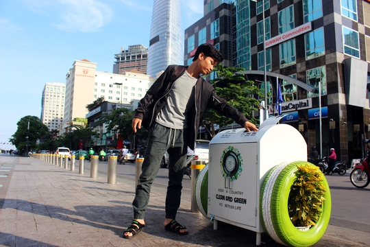 Thùng rác thông minh, thân thiện với môi trường được lắp đặt tại phố đi bộ Nguyễn Huệ.