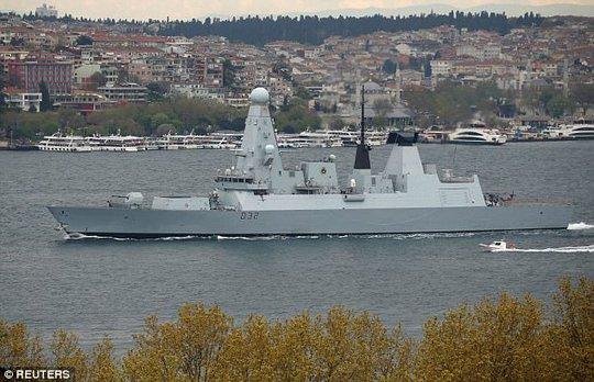 Tàu HMS Daring được nhìn thấy ở TP Istanbul – Thổ Nhĩ Kỳ sau khi đi qua eo biển Bosphorus tới bờ biển nước Nga. Ảnh: REUTERS