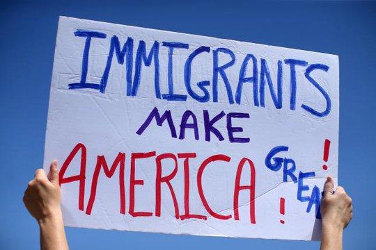 Những người phản đối sắc lệnh nhập cư của ông Trump biểu tình gần biên giới Mỹ - Mexico nhân chuyến thăm của Bộ trưởng An ninh nội địa John Kelly tại bang California ngày 21-4. Ảnh: REUTERS