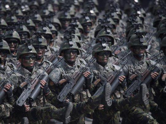 Binh sĩ Triều Tiên cầm súng, đeo kính trong lễ diễu hành hôm 15-4. Ảnh: AP