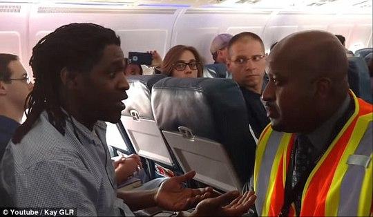Ông Hamilton (trái) bị đuổi khỏi máy bay hôm 18-4. Ảnh: YOUTUBE