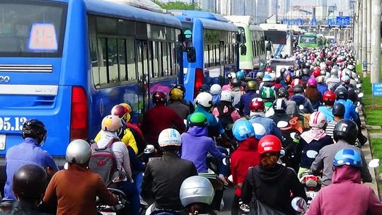 Mặc dù đèn xanh nhưng xe cộ vẫn không thể nhích lên được. Xa lộ Hà Nội sáng 28-4 kẹt cứng