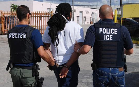 Nhân viên ICE đang áp giải một người đàn ông bị bắt vì phạm tội. Ảnh: WIKIMEDIA