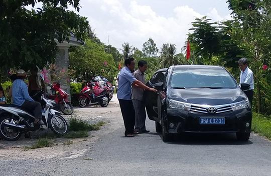 Trong rất nhiều xe ôtô đến tham gia lễ khánh thành, có xe biển xanh 95A- 002.31 của Hậu Giang