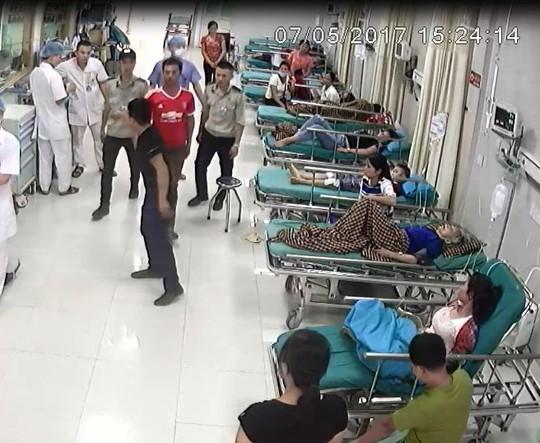 Nhóm côn đồ lăng mạ bác sĩ, bắn nhân viên bệnh viện - Ảnh 1.