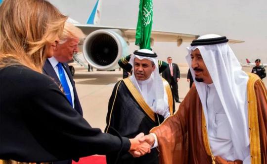 """Ông Trump """"khó xử"""" vì vợ không mang khăn trùm đầu - Ảnh 1."""