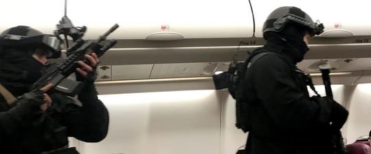Hành khách cố xông vào buồng lái máy bay, dọa nổ bom - Ảnh 1.