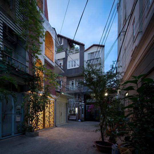Căn nhà ống cải tạo với sân nằm trong nhà ở Sài Gòn - Ảnh 1.