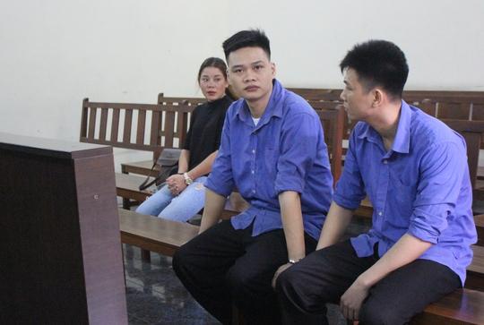 Theo chồng bán ma túy, vợ khóc lóc trước tòa - Ảnh 1.
