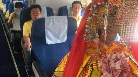 """Ba tượng thần Trung Quốc """"đáp"""" máy bay tới Malaysia - Ảnh 1."""
