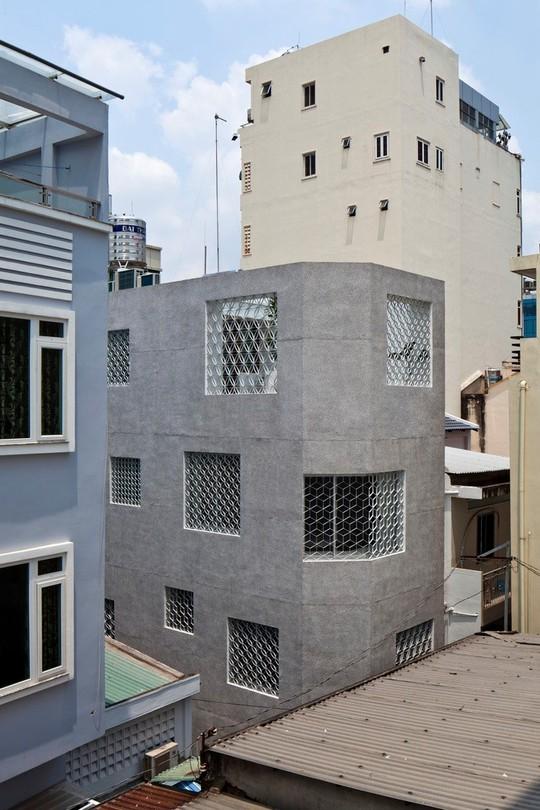 Căn nhà nhiều cửa sổ lạ mắt giống lồng chim giữa con hẻm Sài Gòn - Ảnh 1.