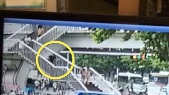 Chết thảm vì sử dụng điện thoại khi đi cầu thang - Ảnh 1.