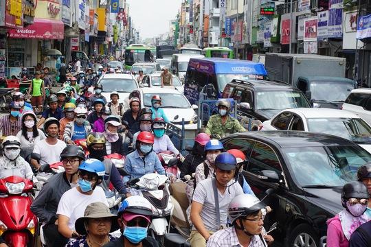 Giải cứu xe rác bị sụp hố sâu trên đường Hai Bà Trưng - Ảnh 3.