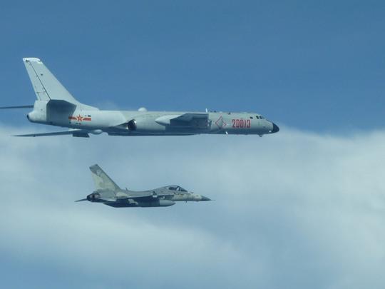 Chiến đấu cơ Đài Loan theo đuôi máy bay ném bom Trung Quốc - Ảnh 1.