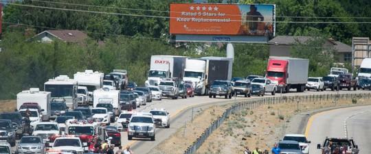 Đi nghỉ mát, 4 người chết vì máy bay lao xuống đường cao tốc - Ảnh 1.