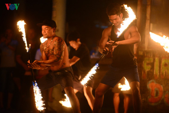Những người đùa với lửa ở Thái Lan - Ảnh 1.