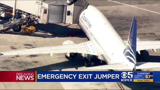 Mỹ: Mở cửa thoát hiểm, thiếu niên nhảy khỏi máy bay - Ảnh 1.