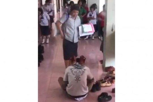 Thái Lan: Giáo viên bắt học sinh lạy giày - Ảnh 1.