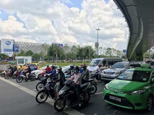 Thử nghiệm giải pháp giảm kẹt xe ở cổng sân bay Tân Sơn Nhất - Ảnh 2.