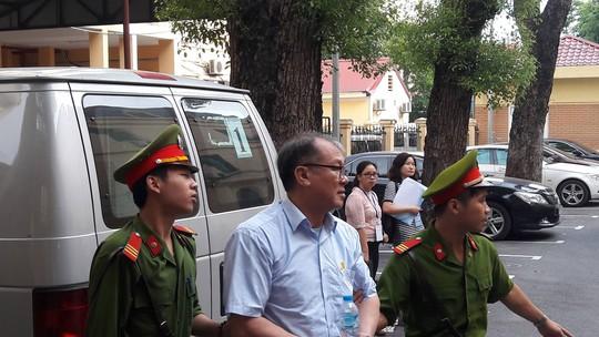 Hà Văn Thắm và đồng phạm bình thản hầu tòa - Ảnh 2.