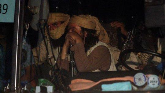 Bị Mỹ ném bom, đoàn xe IS mắc kẹt ở sa mạc Syria - Ảnh 2.