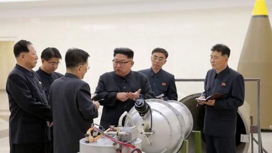 Giải mã bức ảnh ông Kim Jong-un kiểm tra đầu đạn hạt nhân - Ảnh 1.