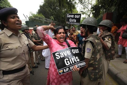 Bé gái Ấn Độ bị hãm hiếp trước mặt mẹ và anh trai - Ảnh 1.
