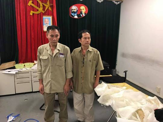 5 khách bay từ Thái Lan buộc hơn 28 kg vàng quanh bụng - Ảnh 2.